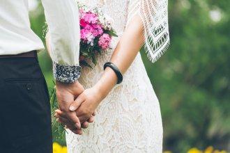 suknia ślubna i bukiet