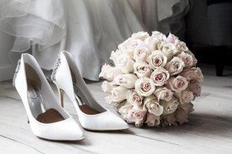 różowa sukienka i paznokcie