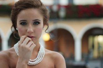 kobieta w biżuterii