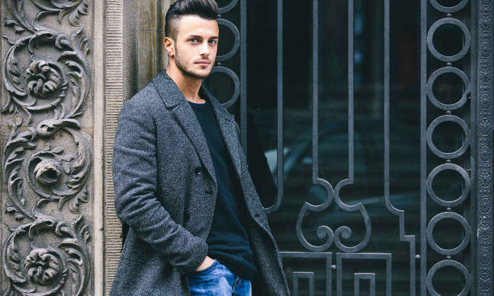 Facet w płaszczu