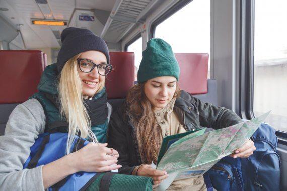 Dziewczyny w podróży pociągiem